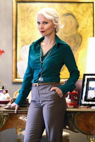 SİREN ERTAN ÇARMIKLI  İstanbul cemiyet hayatının hiç şüphesiz en güzel kadınları arasında yer alan Siren Ertan Çarmıklı'ya 40 yaşında demek için bin şahit gerek.