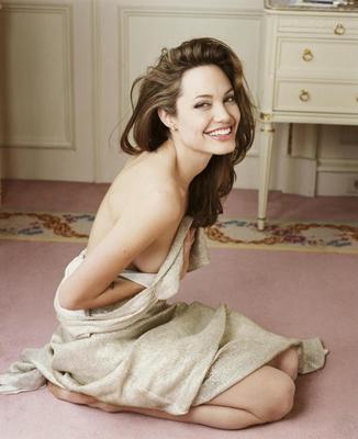 ANGELINA JOLIE  Hollywood'un en çok konuşulan isimlerinden biri olan Angelina Jolie, 1975 doğumlu.