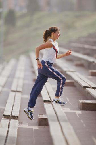 Büyük resmi görün Çabuk gerçekleşen değişimlerin sonuçları da çabuk olur ama maalesef sonuçları pek uzun sürmez. Yeni yasam tarzınızın gerçek anlamda yaşam tarzınız olabilmesi için kendinize zaman tanıyın. Eğer birkaç fitness dersini kaçırırsanız suçluluk duymayın. Negatif düşünceleri egzersizle ilişkilendirmeyin ve sporun yaşamınızın bir parçası olduğunu düşünün. Buna uzun vadeli bir ilişki olarak bakarsanız, birkaç ders kaçırmanın pek önemi olmadığını göreceksiniz. O gün spor yapmadıysanız, asansörü kullanmazsınız veya markete yürürsünüz olur biter.