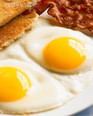 """YUMURTALI LEZZETLER  Neredeyse geleneksel mutfakların hepsinde hatta yeni keşiflerde bile yumurta başköşede. Biz Amerikan mutfağının sevilen, Türk cafe'lerinde de iyi örneklerine rastladığımız """"egg benect""""ini hazırladık size. Benedict'in hikayesine gelince, tam bir kent efsanesi söz konusu: 19.yüzyıl sonlarında New Torklu bir işadamı bir restorana gider, sunulan yumurtayı sevmez, bu tarifi verir. Sonuç olarak hem tarif hem de adamın soyadı, önce efsaneye konu olan restoranın, sonra da her yerindeki kahvaltı seçeneklerinin arasına girer..."""