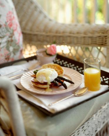 EGGS BENEDICT (2 kişilik) Hazırlama süresi: Sosu oluşturma 40 dk., pişirme 40 dk.   Hollandaise sos için malzeme:  3 yumurta sarısı, 1 çorba kaşığı su, çeyrek bardak tereyağı, 2 çorba kaşığı limon suyu.   Diğer malzemeler: 2 adet yumurta, 2 adet İngiliz muffin ekmeği (veya kenarları kesilmiş 2 dilim hamburger ekmeği ), 2 dilim domuz pastırması yahut dana jambon, 3 kaşık sirke, 1 bardak su, 1 tutam tuz.   Hazırlanışı: Meşhur Hollandaise sosunu hazırlayarak başlayın:  • İçinde kaynayan su bulunan bir tencerenin içine bir başka tencere yerleştireceksiniz. Kısık ateşte altta kaynayan suyun asla üsttekine değmemesine dikkat edin.  • Üsttekine tereyağı hariç tüm sos malzemelerini koyup çırpmaya koyulun. Karışım köpükleşmeye başladığı zaman işlem tamamdır. Artık bu tencereyi tezgaha alabilir ve önceden erittiğiniz tereyağını yavaş yavaş ilave edebilirsiniz. Bu ilave etme işlemi sırasında içeriği hızlı hızlı karıştırmanız lazım. Tuzunu da ekledikten sonra sosunuz hazır.