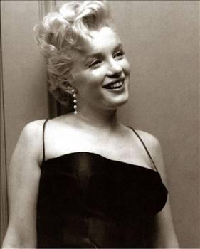 """Monroe'nun hayatını anlatan belgeselde doktoru Hyman Engelberg, """"Marilyn, manik depresifti... Ruh halindeki büyük dalgalanmalar yüzünden çok zor günler geçirdi"""" diyor."""