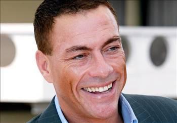 JEAN CLAUDE VAN DAMME  Türkiye'yi de ziyaret etmiş ünlü aksiyon film yıldızı Jean-Claude Van Damme kariyerinin durgun olduğu zamanlarda bipolar kişilik bozukluğu hastalığı geçirmişti.   1996'da hastaneye yatan Van Damme tedavisi bitmeden hastaneden ayrıldı. 1997'de de intiharın eşiğinden döndü.  (Sabah)