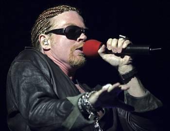 AXL ROSE   Hard rock'ın efsane grubu Gun 'N' Roses'ın solisti Axl Rose, bir dönem ani öfke krizleri geçirdiği, fazla enerjik olduğu ve hatta saatlerce uyumadığı için doktora gittiğinde kendisine bipolar teşhisi konulduğunu bir röportajında söyledi.