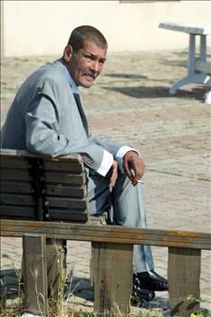 MESUT ENGİN  Kral dairelerinden Darülaceze'ye O, yakışıklılığı 'taçlandırılmış' eski bir aktör. Türk sinemasının hızla şöhretin zirvesine tırmanıp sonra alkol batağına saplanan ve sokaklara düşen bir oyuncusu.   Bir zamanlar Yeşilçam'ın en başarılı aktörlerinden biriydi Mesut Engin. 1973 yılında Ses dergisinin açtığı yarışmada birinci seçilerek sinemaya adım atmıştı.