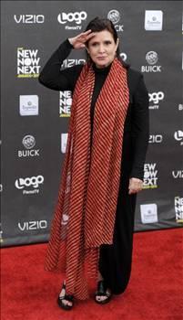 """CARRİE FİSHER  Star Wars'ın Prenses Leia'sı Carrie Fisher bipolar kişilik bozukluğu geçirmişti.   Star Wars serisi sonrası kariyerinde düşül yaşayan Fisher hastalığı ile ilgili ulusal bir TV kanalına """"Psikolojik rahatsızlığım var ve bundan utanmıyorum"""" demişti."""