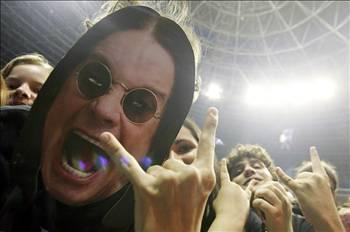 OZZY OSBOURNE  Bir başka rock yıldızı Ozzy Osbourne da bipolar kişilik rahatsızlığı geçirmişti. 1989'da karısını defalarca döven Ozzy Osbourne aynı yıl klinik tedavi görmüştü.   Davranışlarında dengesizlik gösteren Osbourne hastalığı alkol bağımlılıyla pekiştirmişti.