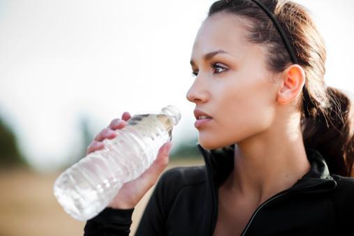 Sakın susuz kalmayın: Kuzey Amerika Uluslararası Sıvı Tüketimi ve Sağlık Konferansı verilerine göre; sağlıklı bir beden için erkeklerin günde 3.2 litre, kadınlarınsa 2.2 litre su içmesi gerekiyor. Özellikle mevsim geçişlerinde enfeksiyondan korunmak için vücudun kalkanı bağışıklık sistemini güçlendirmekte fayda var. İşe bağırsaklardan başlanmalı. Bu bölge, bağışıklık sisteminin büyük bölümünü oluşturuyor.