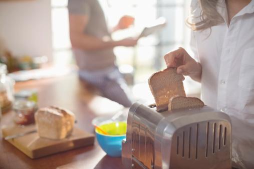 Güne kahvaltıyla başlayın: Tam buğday ekmeği ve beyaz peynirle hazırlayacağınız sandviç klasik bir tercih olabilir. 10 adet kavrulmamış taze badem, 1 dilim ananas, 1 bardak süt pratik bir seçenek. Bademi özellikle öneriyoruz çünkü içeriğindeki yağın yüzde 70'i tekli doymamış yağ asitlerinden oluşuyor.