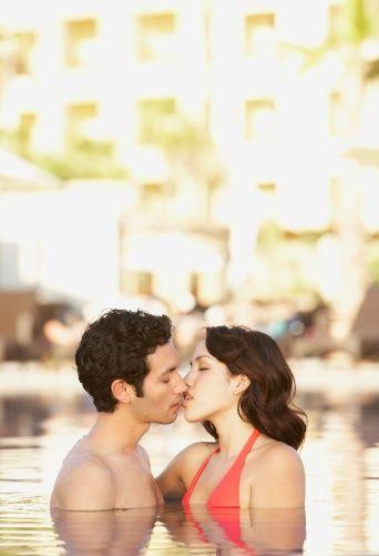 Suda   Su dolu havuz ya da küvette partneriniz otursun. Siz de yüzünüz ona bakar şekilde.