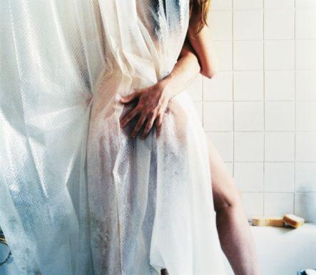 Duşta  Seks yapmak için en sıcak yerlerden biri de duş. Yalnız dikkat: Fazla akrobasi yapmaya kalkmayın, kayıp bir yerlerinizi incitebilirsiniz. Sevgilinizin kafasının altına bir havlu yerleştirirseniz, daha rahat edecektir.
