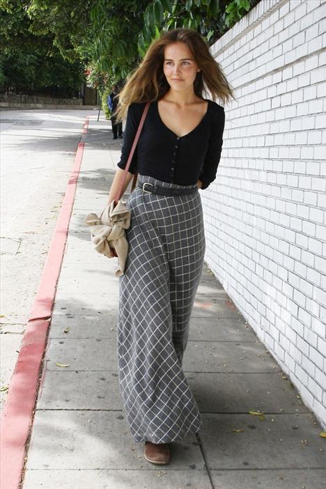 Isabel Lucas bir pantolonun paçaları ne kadar geniş olabilir? Eğer söz konusu 70'lerse, olabilidiğince...