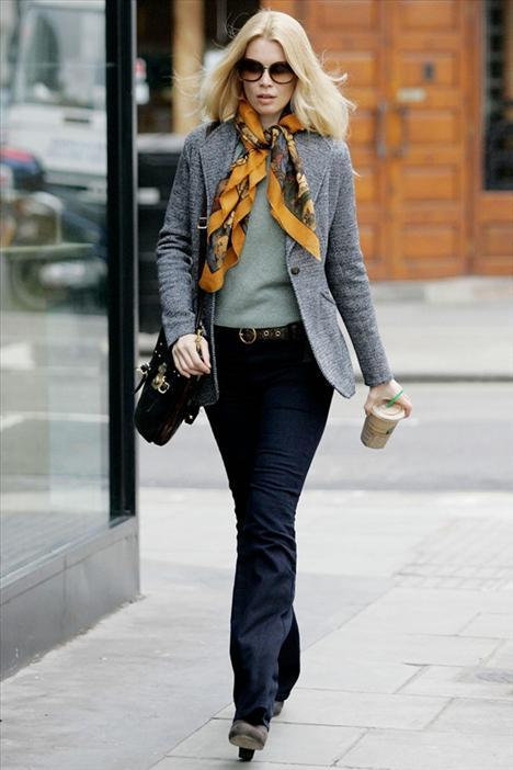 Claudia Schiffer Siz de tıpkı Claudia Schiffer gibi renkli bir eşarp ve geniş paça pantolonlarla 70'ler modasını benimseyebilirsiniz.