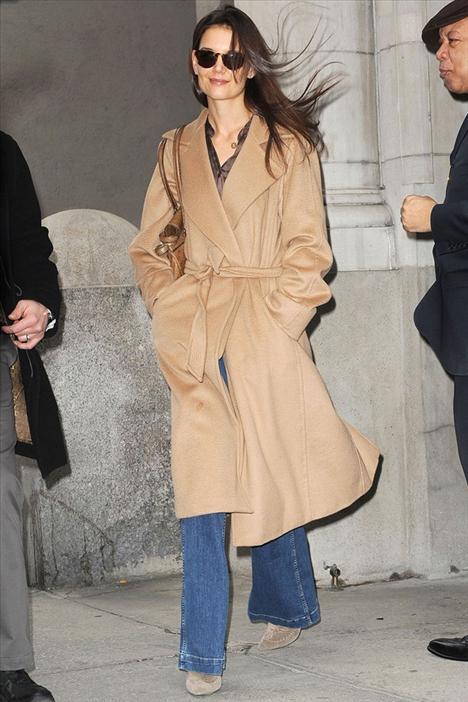 Katie Holmes Uzun, geniş etekli bir kamel palto ve geniş paçalı jeanler... 70'leri günümüze getirmek için başka bir şeye ihtiyacınız yok!