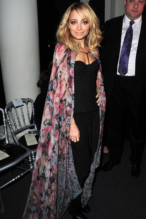Nicole Richie O bir kuş... O bir kelebek... Hayır hayır, bu floral desenli peleriniyle Nicole Richie...