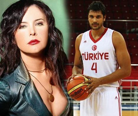 Ünlü rock'çı Şebnem Ferah ile kendisinden 15 yaş küçük basketbolcu Cenk Akyol, aşk yaşaması akıllara yaş farkını umursamayan ünlüleri getirdi.