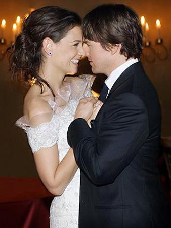 Tom Cruise - Katie Holmes  2009 yılı başında yapılan bir film galasında poz veren Tom Cruise ve eşi Katie Holmes arasında 16 yaş fark var.