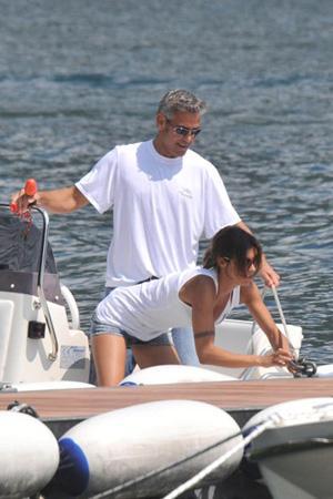 Geogre Clooney - Elisabetta Canalis   Ünlü çiftin arasında 17 yaş var.