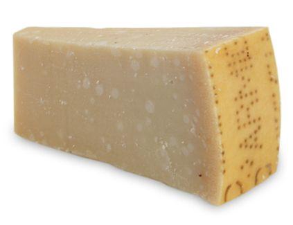 Parmesan peyniri  136 kalori, 9.8 gr. yağ, 360 mg. kalsiyum Kalsiyum deposudur. Makarna üzerine koyacağınız sadece bir çorba kaşığı parmesan, tavsiye edilen günlük kalsiyum miktarının yüzde 15'ini karşılar. Fazlaca tuzlu, ancak çinko oranı bir hayli yüksek.    Sağlık değerlendirmesi: 6