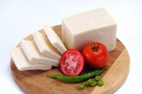 Peynir, ışıksız ortamda (buzdolabında, sebzelik gözünde) saklanmalıdır.   Peynir hemen tüketilmeyecekse, kendi ambalajında saklanmalıdır. Ambalajı açıldıktan sonra ise mutlaka saklama kabında veya ambalaj malzemelerine sararak korunmalıdır. Aksi takdirde peynir nemini kaybeder, aroması ve lezzeti azalır.