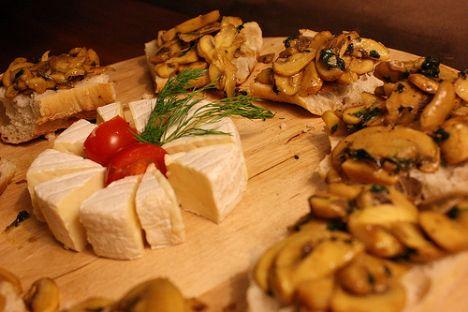 Camembert peyniri  89 kalori, 7 gr. yağ, 105 mg. kalsiyum Sert peynirlere oranla, üçte bir oranında daha az yağ ve dörtte bir oranında daha az kalori mevcut. Folik asit açısından zengin.   Sağlık değerlendirmesi: 8