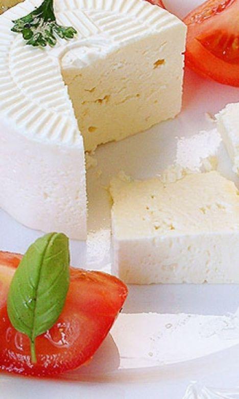 Beyaz peynir; ambalajı açıldıktan sonra, içme suyuna, yumurta yüzecek kadar tuz eklenerek hazırlanan sıvıda saklanabilir. Böylece peynirin olgunlaşma süreci de devam eder.   Peynir dilimlere ayrılmadan saklanmalıdır, böylece dış ortamla teması en aza indirilebilir.