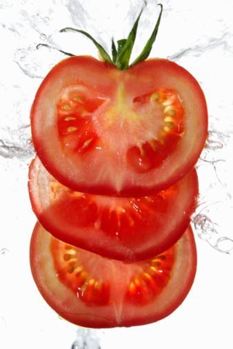 Domates ve Zeytinyağı  Daha pürüzsüz cilt Likopen, oldukça güçlü bir antioksidandır ve en fazla domateste bulunur. Güneşin zararlı etkilerinden korunmana yardımcı olur. Fakat Mangieri, cildini desteklemek için onu tek başına yememeni, zeytinyağı eklemeni söylüyor. Akdeniz'in bu en önemli mahsulünün içerdiği sağlıklı yağlar, likopenin daha iyi emilmesine olanak sağlıyor. Zeytinyağının kendine özgü cilt koruma sırları da vardır. The American Journal of Clinical Nutrition'da yayımlanan bir çalışma, daha fazla zeytinyağı tüketenlerin cildinde daha az kırışıklık olduğunu ortaya koydu. Bu, büyük olasılıkla cilt yaşlanmasına neden olan oksidatif strese karşı koruyucu bir içeriğe sahip olmasından kaynaklanıyor.