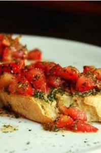 Bu iki besin, bruschetta ya da Caprese gibi İtalyan yemeklerinde bir arada kullanılıyor. Daha fazlasını almak için domateslere zeytinyağı ekleyerek 100 derece fırında üç saat boyunca pişirebilirsin. Isıtmak daha fazla likopenin serbest kalmasına yardımcı olur.