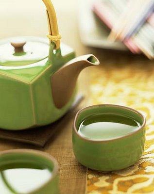 Yeşil çay ve limon suyu Kansere karşı koruma Yeşil çay kanser savaşçısı katesinlerin bir numaralı kaynağıdır. Fakat kanser hücrelerine etki edebilecek olan bu maddelerin, midene ulaştıktan sonra sadece yüzde 20'si hayatta kalır ve sindirim sırasında etkisini yitirir.