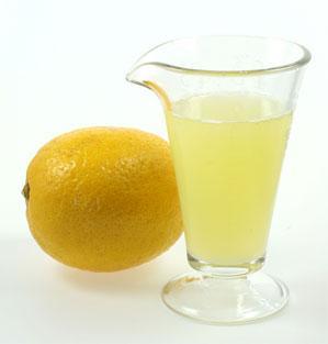 Purdue üniversitesi'nde yapılan bir araştırma, yeşil çay demlenirken içine sıkılan limon suyunun, çaydaki katesinlerin etkisini güçlendirdiğini ve özümsenmesini 13 kat arttırdığını ortaya koydu.   Daha fazla kanser koruması için, şekerle karıştır (bir tatlı kaşığı sadece 16 kalori içerir). Tatlı maddeler katesinleri üç kat daha kolay emilir bir duruma getirir. Siyah çay yerine yeşili tercih etmeye devam!