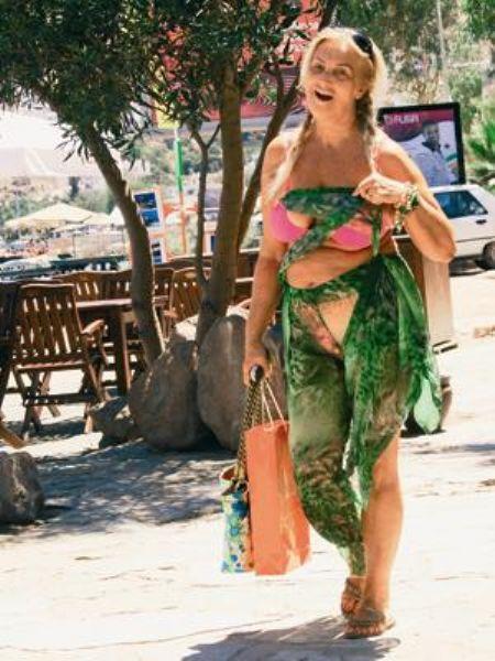 Sevim Emre  Ünlü sanatçı Orhan Genecebay'ın hayat arkadaşı Sevim Emre, bikinisinin üstüne oldukça farklı ve parçalı şifon bir pareo giymiş.   Saçları ve seçtiği bikini modeli emre'ye pek yakışmamış.