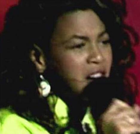 Peki bu ünlü şarkıcıyı tanıdınız mı?