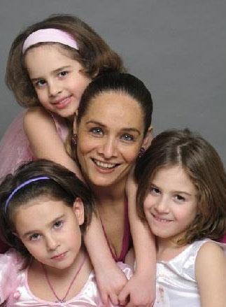 Neşe Erberk ve üçüz kızları Alin, Selin, Lara.