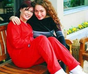 Emel Müftüoğlu ve kızı Çağrı.