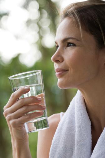 GÜNE SU İLE BAŞLAYIN!  Yağ yakma konusunda bir etkinliği olmasa da, bütün gece sizinle birlikle uyuyan sindirim sisteminizi uyandırmanın en güzel yolu, güne su içerek başlamaktır. Güne, 1 su bardağı ılık su ve 1 su bardağı oda sıcaklığında su içerek başlayın, bağırsak sorunlarına hoşça kal deyin.