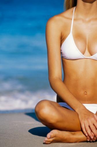 KEMİKLERE TAKVİYE GEREK Ultraviyole ışınların cilde teması ile vücudumuzda sentezlenen D vitamini, kemiklere kalsiyum taşınmasında önemli rol oynar. Yapılan çalışmalar, cilde sürülen faktörlü güneş koruyucularının D vitamini sentezini azalttığını ortaya koymaktadır. Güneş koruyucuları kullanmaya devam edin, fakat güneşin tehlikeli ışınlarının dünyaya daha az geldiği akşam saatlerinde günde 10 dakika güneşlenmeye de özen gösterin.