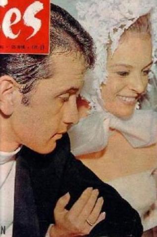 Türkiye'nin en çok evlenen ünlülerinden biri olan Sayan en son evliliğini ise 40'lı yaşlarının ortalarında kendisinden çok genç olan Onur Şan ile yaptı.