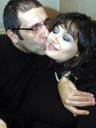 Nurgül Yeşilçay eşi Cem Özer ile evlendiğinde 28 yaşındaydı. Yeşilçay 1976, Özen 1959 doğumlu.