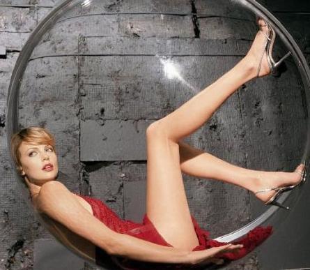 Charlize Theron  Güzel yıldız 1. 75 boyunda ve kilosu 61.