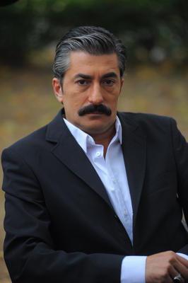 Erkan Petekkaya  Türkiye'nin en uzun boylu ünlülerinden biri. Aktör 1. 89 cm boyunda.