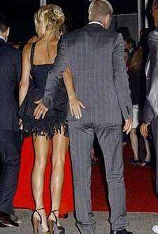 Beckham çiftinin imzası haline gelen hareket..