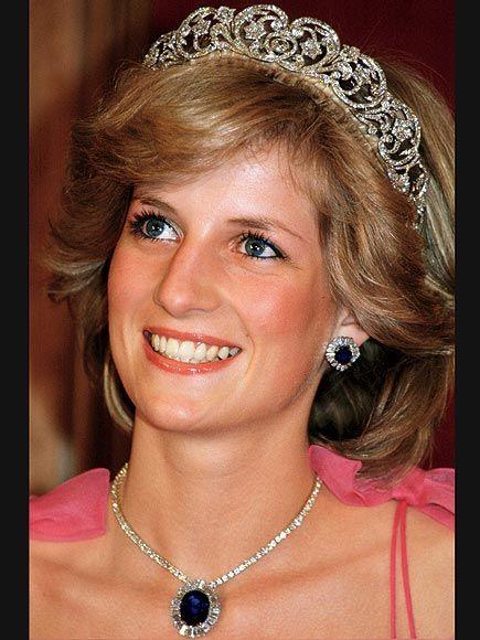 SPENCER<br Prenses Diana bu tacı düğününde giymişti.