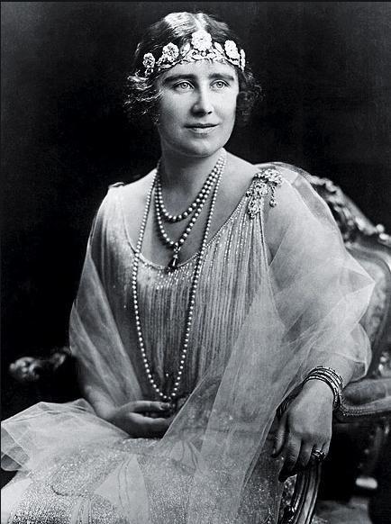 STRATHMORE  Bu çiçek işlemeli zarif tacı, kraliçenin ailesi 1928 yılında Prens Albert ile evlenmesi dolayısı ile vermişti.
