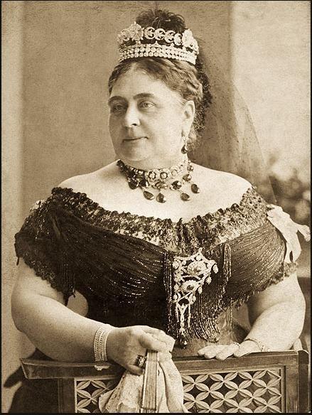 DUCHESS OF TECK  Bu taç Kraliçe Mary'nin annesi Teck Düşesine aitti. 1897'de ölünce bütün eşyalarıyla beraber kızına geçti.