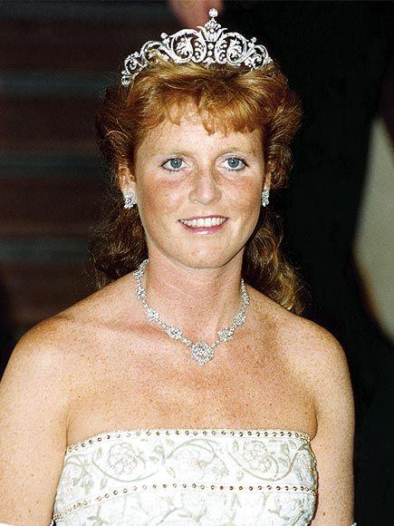 Sarah Ferguson'un tacı kraliyet koleksiyonundan gelmiyor fakat kraliyet mücevhercisi  Garrard's 'da yapıldı.