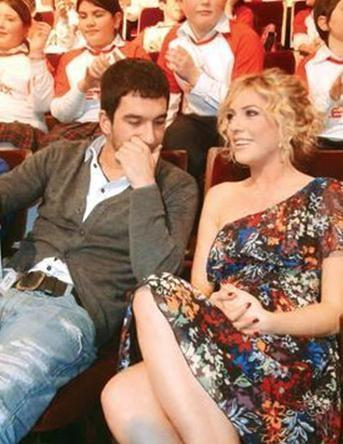SİNEM KOBAL - ARDA TURAN  Aralarındaki romantik ilişkiyi gizleyen çiftlerden biri de Arda Turan ile Sinem Kobal.