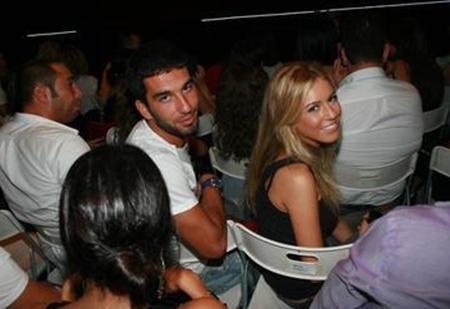 Turan ile Kobal arasında daha önce de aşk dedikoduları çıkmıştı. Ancak yeşil sahaların yıldızı Turan, Kobal'ın uzun süre birlikte olduğu Mustafa Sirmen'in kendisinin de arkadaşı olduğunu söylemişti.