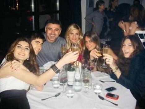 TUĞBA COŞKUN - ÖNDER FIRAT  Şovmen Mehmet Ali Erbil'in eşi Tuğba Coşkun, Sezen Aksu'nun eski sevgilisi Önder Fırat'la, 2010'un ocak ayında Londra'da objektiflere yakalanmıştı.