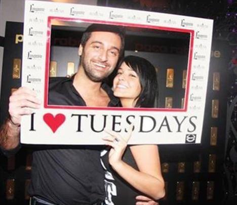 Ancak ikili, bir gece kulübünde çekilen samimi fotoğrafları basına sızınca, ilişkilerini kabul etmek zorunda kaldı.