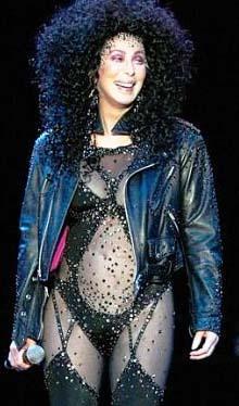 """BU MUYDU"""" DİYE DÜŞÜNMÜŞ  15 yaşında ilk cinsel deneyimini yaşamış. Bu ünlü yıldız için pek de hoş olmamış.   O anı şöyle anlatıyor Cher: """" Onunla birlikteliğimiz hızlı ve acılıydı. Hatta olup bittikten sonra herkesin konuşup durduğu şey bu mu"""" diye düşündüğümü de hatırlıyorum."""""""